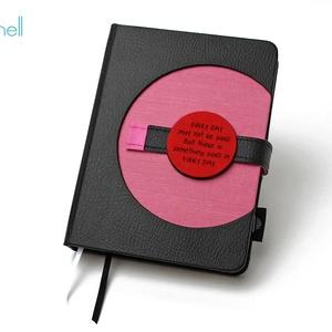M-es határidőnapló/notesz - fekete-rózsaszín, Naptár & Tervező, Papír írószer, Otthon & Lakás, Könyvkötés, M-es korongos (click-in +) CSERÉLHETŐ BELSEJŰ notesz / határidőnapló \n- fekete műbőr+rózsaszín texti..., Meska