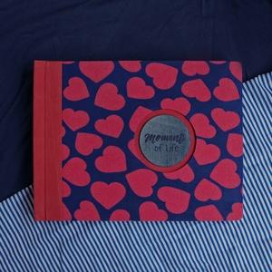 L-es egyedi fotóalbum-kék-piros-szíves-újrahasznosított papírból és ruhákból-környezetbarát emlék, Naptár, képeslap, album, Otthon & lakás, Fotóalbum, Esküvő, Könyvkötés, Újrahasznosított alapanyagból készült termékek, Ruhák új élete - UPCYCLING kollekció - Kék-piros szives mintás trikó és sötétpiros farmer \n--- Egyed..., Meska