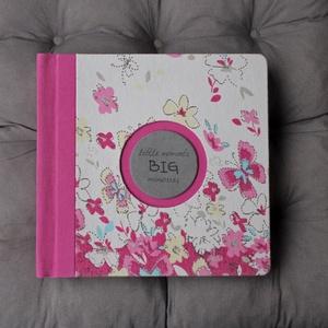 M-es egyedi fotóalbum-pink/szürke-újrahasznosított papírból és ruhákból-környezetbarát emlék-egyedi FELIRATtal is, Naptár, képeslap, album, Otthon & lakás, Fotóalbum, Könyvkötés, Újrahasznosított alapanyagból készült termékek, Ruhák új élete - UPCYCLING kollekció - fehér/rózsaszín mintás, pillangós póló, rózsaszín kantáros ba..., Meska