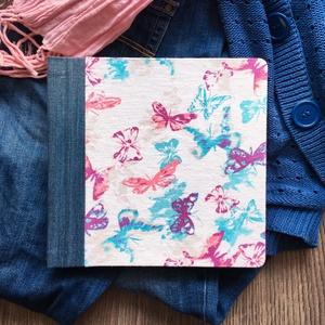 M-es egyedi fotóalbum-pillangós/farmer-újrahasznosított papírból és ruhákból-környezetbarát emlék, Naptár, képeslap, album, Otthon & lakás, Fotóalbum, Könyvkötés, Újrahasznosított alapanyagból készült termékek, Ruhák új élete - UPCYCLING kollekció - fehér/kék/lila pillangós póló és kék farmernadrág\n--- Egyedi,..., Meska