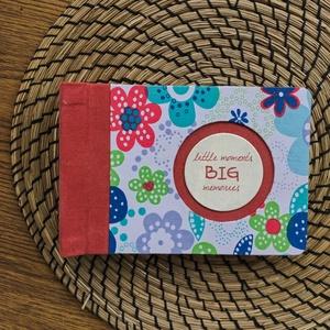 S-es egyedi fotóalbum-piros/virágmintás-újrahasznosított papírból és ruhákból-környezetbarát emlék-egyedi FELIRATtal is, Naptár, képeslap, album, Otthon & lakás, Fotóalbum, Könyvkötés, Újrahasznosított alapanyagból készült termékek, Ruhák új élete - UPCYCLING kollekció - piros farmer és fehér/színes nagy virágmintás blúz\n--- Egyedi..., Meska