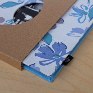 Leporello/kis fotóalbum védőtokkal-kék virágos-újrahasznosított papírból és ruhákból-környezetbarát emlék , Naptár, képeslap, album, Otthon & lakás, Fotóalbum, Könyvkötés, Újrahasznosított alapanyagból készült termékek, Ruhák új élete - UPCYCLING kollekció - Kék vászon retro halásznadrág és nagy fehér/kék/drapp virágmi..., Meska