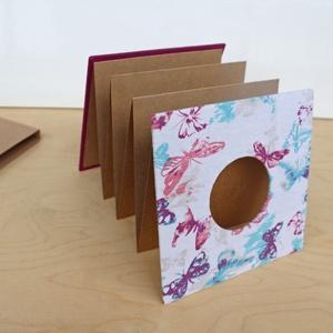 Leporello/kis fotóalbum védőtokkal-lila pillangós-újrahasznosított papírból és ruhákból-környezetbarát emlék , Album & Fotóalbum, Papír írószer, Otthon & Lakás, Könyvkötés, Újrahasznosított alapanyagból készült termékek, Ruhák új élete - UPCYCLING kollekció - lila/ciklámen hosszú ujjú felső és fehér/lila/kék pillangó mi..., Meska