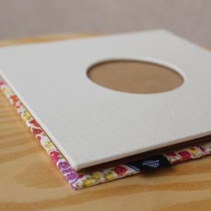 Leporello/kis fotóalbum védőtokkal-fehér/virágmintás-újrahasznosított papírból és ruhákból-környezetbarát emlék, Album & Fotóalbum, Papír írószer, Otthon & Lakás, Könyvkötés, Újrahasznosított alapanyagból készült termékek, Ruhák új élete - UPCYCLING kollekció - Női apró, színes virágmintás blúz és natúr fehér vászon\n--- E..., Meska