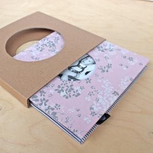 Leporello/kis fotóalbum védőtokkal-rózsaszín/szürke-újrahasznosított papírból és ruhákból-környezetbarát emlék, Naptár, képeslap, album, Otthon & lakás, Fotóalbum, Könyvkötés, Újrahasznosított alapanyagból készült termékek, Ruhák új élete - UPCYCLING kollekció - Női apró, rózsaszín/szürke/fehér virágmintás blúz és szürke c..., Meska