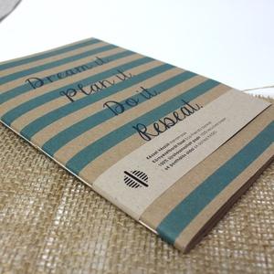 ECO nagy ponthálós füzet - kék csíkos-feliratos - újrahasznosított papírból, Otthon & Lakás, Papír írószer, Jegyzetfüzet & Napló, Könyvkötés, Újrahasznosított alapanyagból készült termékek, Újrahasznosított papírból készült ponthálós füzet - Noteshell ECO kollekció\n\n-mérete: 14x20 cm (A/5..., Meska