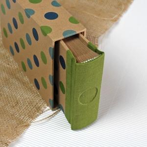 Eco kis fotóalbum védőtokkal - zöld len - türkiz-zöld színes pöttyös, Otthon & Lakás, Papír írószer, Album & Fotóalbum, Könyvkötés, Noteshell ECO fotóalbum védőtokkal - 100 % újrahasznosított papírból készült\n(MONO eco kollekció)\n\n-..., Meska