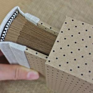 Eco kis fotóalbum védőtokkal - natúr len - fekete aprópöttyös, Otthon & Lakás, Papír írószer, Album & Fotóalbum, Könyvkötés, Noteshell ECO fotóalbum védőtokkal - 100 % újrahasznosított papírból készült\n(MONO eco kollekció)\n\n-..., Meska