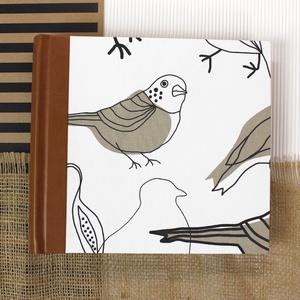 M-es barna-fehér madaras, egyedi fotóalbum, környezetbarát anyagokból, Otthon & Lakás, Papír írószer, Album & Fotóalbum, Könyvkötés, Kézzel fűzött hagyományos fotóalbum\nEgyedi, sorszámozott darab, újrahasznosított textil alapanyagból..., Meska