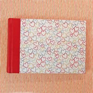 S-es, piros-okker-fehér-szíves, egyedi fotóalbum, Otthon & Lakás, Papír írószer, Album & Fotóalbum, Könyvkötés, Kézzel fűzött hagyományos fotóalbum\n\n- méret: 19 cm x 13 cm, lapméret: 18 cm x 12 cm (S/small)\n- 25 ..., Meska