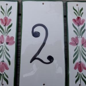 Tulipán....Egyedi kerámia házszámtábla, Házszám, Ház & Kert, Otthon & Lakás, Kerámia, Otthon Édes otthon....\nTulipános táblát fehér agyagból készítetten.\nMáz alatti festékekkel festettem..., Meska