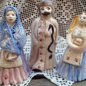 Kenyeret vivő ünnepi ruhás parasztcsalád (ntakeramia) - Meska.hu