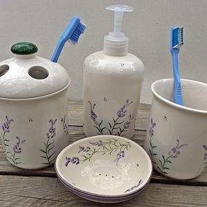 Levendulás kerámia fürdőszoba szett, Otthon & lakás, Dekoráció, Táska, Divat & Szépség, Szépség(ápolás), Fürdőszobai kellék, Krém, szappan, dezodor, Folyékony szappan, Kerámia, Levendulásba öltöztetheted fürdőszobád is.\nFehér agyagból,egészségre káros anyagot nem tartalmazó má..., Meska