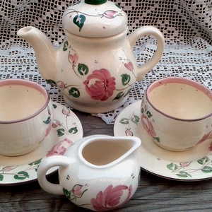 Rózsás romantikus kávés, Otthon & lakás, Dekoráció, Konyhafelszerelés, Bögre, csésze, Lakberendezés, Rózsás romantikusan kávézni. Fehér agyagból készítettem,máz alatti festékkel festettem ezt a kávés k..., Meska