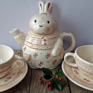 Tulipános tavasz- 2 személyes teás nyuszisan, Konyhafelszerelés, Otthon & lakás, Húsvéti díszek, Ünnepi dekoráció, Dekoráció, Bögre, csésze, Lakberendezés, Kerámia, Egy igazán tavaszi ,vidám hangulatú 2 személyes teás készlet született,műhelyünkben.\nNyuszi imádó lá..., Meska