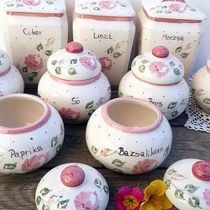 Rózsás-pöttyös egyedi kerámia fűszertartó, Otthon & lakás, Konyhafelszerelés, Fűszertartó, Lakberendezés, Kerámia, Festészet, Romantikus,rózsás igazán egyedi.\nFehér agyagból,készítettem ezt a szögletes fűszertartót .\n Máz alat..., Meska