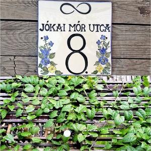 Egyedi kerámia utcanév-házszámtábla kék-sárga virág mező, Házszám, Ház & Kert, Otthon & Lakás, Kerámia, Festett tárgyak, Fehér, agyagból készült, mázalatti festékkel, színtelen, vagy színes mázzal, magas tűzőn, kétszer ég..., Meska