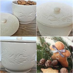 Fehér vésett, karcolt  kerámia sütis ,bonbonos doboz , Otthon & Lakás, Karácsony & Mikulás, Karácsonyi dekoráció, Kerámia, A fehér tökéletes..retro..modern..ünnepi..vagy hétköznapi:)..öltöztethető,minden karácsonyra más más..., Meska