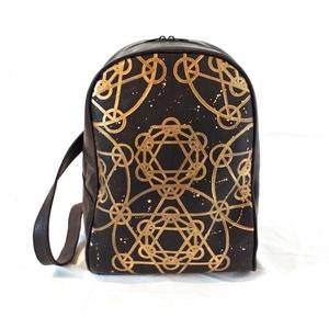 Arany Mandala bőr hátizsák , Táska, Táska, Divat & Szépség, Hátizsák, Bőrművesség, Csodálatos karácsonyi ajándék lehet a modern, extrém és varázslatos dizájn szerelmeseinek.\nTeljesen ..., Meska
