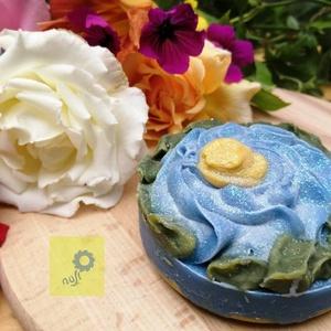 Kék-sárga virágos kézműves szappan, Táska, Divat & Szépség, Szépség(ápolás), Krém, szappan, dezodor, Növényi alapanyagú szappan, Esküvő, Nászajándék, Férfiaknak, Borotva, szappan, pipere, Szappankészítés, Kézzel készített egyedi mintás szappan intenzív teafa illattal, uraknak is,  ajándékba vagy saját cé..., Meska