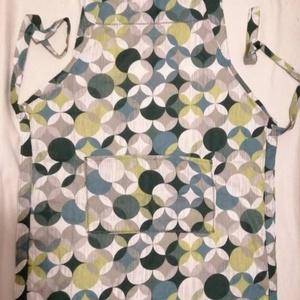 Uniszex kötény - zöld körös, geometria mintás pamutvászonból , Otthon & Lakás, Konyhafelszerelés, Kötény, Varrás, Konyhában praktikus, ha van kéznél egy kötény ami nemcsak csinos, hanem ruhádat is védi. \nTöbbféle d..., Meska