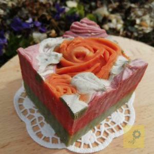 \'Rózsakert\' kézműves szappan szelet fűszeres illattal , Szépségápolás, Szappan & Fürdés, Szappan, Szappankészítés, Hideg eljárással készült szappan. A rózsák változatos elrendezése  miatt az egyes darabok magassága,..., Meska