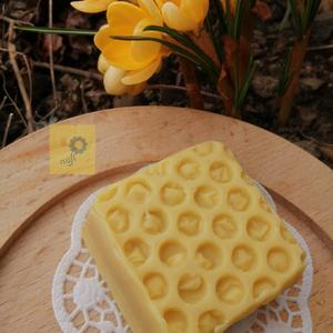 \'Mézes-krémes\' kézműves szappan szelet, gyógynövényes alappal, hárs-méz illattal , Szépségápolás, Szappan & Fürdés, Szappan, Szappankészítés, Ritkán alkalmazok illat olajat szappanjaimhoz - ez egy ilyen kivétel! Ezt a krémes kényeztető szappa..., Meska