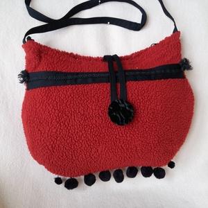 Piros fityegős táska, Táska & Tok, Kézitáska & válltáska, Tarisznya, Varrás, Jópofa műszőrme táska bolondos selymes kis pomponokkal, melyek alul táncot járnak...\nFekete vászon b..., Meska
