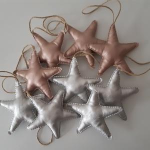 Műbőr karácsonyi csillagok, Karácsony & Mikulás, Karácsonyfadísz, Varrás, Ezüst és rose gold műbőr anyagból készítettem ezeket a csillagokat. \nMéretük 12 cm.\n\n\nA postaköltség..., Meska
