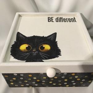 Be different... :), Otthon & lakás, Lakberendezés, Dekoráció, Ékszer, Ékszertartó, Tárolóeszköz, Doboz, Decoupage, transzfer és szalvétatechnika, Festett tárgyak, Ez egy 17X17X8 cm-es bohókás dobozka... egy ámuló cicóval... ékszereknek, apróságoknak..., Meska