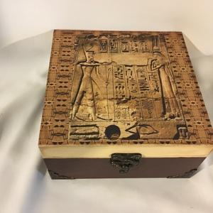 Hieroglifák..., Otthon & lakás, Dekoráció, Lakberendezés, Tárolóeszköz, Gyerek & játék, Decoupage, transzfer és szalvétatechnika, Festett tárgyak, 4 rekeszes dobozka egyiptomi hieroglifákkal...\nA rekeszek kivehetők...\nMérete:\n15x15x8 cm, Meska