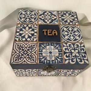 Kékes teás..., Otthon & Lakás, Konyhafelszerelés, Tea & Kávé tárolás, Decoupage, transzfer és szalvétatechnika, Festett tárgyak, 4 rekeszes teás dobozka kék és antikréz színekben...\nA rekeszek kivehetők...\nMérete:\n15x15x8 cm..., Meska