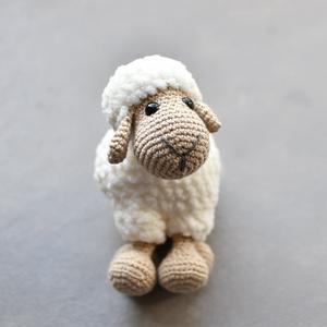 Lizi a horgolt bárány lány, Játék, Gyerek & játék, Plüssállat, rongyjáték, Játékfigura, Horgolás, Készülő gazdaságom új lakója ez az aranyos horgolt selymes tapintású kis bárány. Ő a nyáj tündéri ki..., Meska