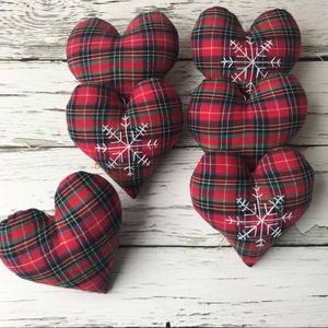 Szivecskés karácsonyfadísz, Otthon & Lakás, Karácsony & Mikulás, Karácsonyfadísz, Varrás, Skótkockás textilből készült szívecske formájú puha karácsonyfadísz. 6db található egy csomagban ebb..., Meska