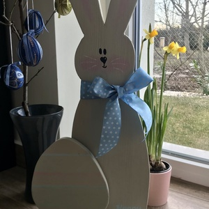 Húsvéti nyuszi dekoráció, Otthon & lakás, Dekoráció, Ünnepi dekoráció, Húsvéti díszek, Lakberendezés, Ajtódísz, kopogtató, Famegmunkálás, Egyedi, kézzel festett húsvéti nyuszi dekoráció, Happy Easter felirattal, kék pöttyös szalaggal.\nMag..., Meska