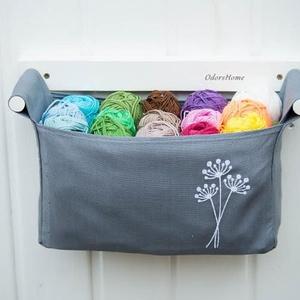 Kaporvirág mintával hímzett - falra szerelhető tartó - szürke - fehér - virágos, kapros - fürdőszobai tároló (OdorsHome) - Meska.hu