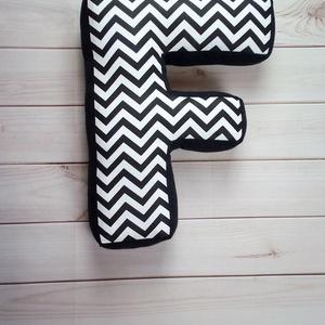 Monokróm színben F Betűpárna, fekete - fehér chevron mintával, textil betű babáknak, 30cm magas (OdorsHome) - Meska.hu