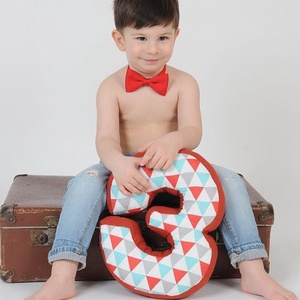 3-as számpárna fotózáshoz, 30 cm magas, születésnapi számpárna, Otthon & Lakás, Párna & Párnahuzat, Lakástextil, Olyan édesek a kisbabák, tipegők amikor gyömöszölik a színes-mesés szám vagy betűformákat. Szeretett..., Meska
