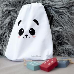 Panda macis textil zsák, játék tároló, gyerekszobai tároló, ajándéktasak, pandás öko zsák, szatyor, környezetbarát zsák, Játéktároló, Tárolás & Rendszerezés, Otthon & Lakás, Hímzés, Varrás, Egy gyerekszobában igazán sok játék és köztük sok apróság is van, szülőként ezt jól tudjuk. Jól tess..., Meska