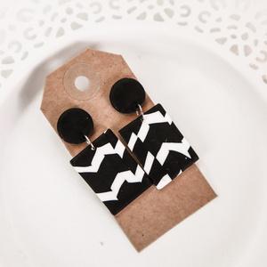 Fekete-fehér modern fülbevaló , Lógós fülbevaló, Fülbevaló, Ékszer, Ékszerkészítés, Gyurma, Ez a pár fülbi egyedi tervezés alapján, süthető gyurmából készült. A hátulja bedugós és ezüst színű ..., Meska