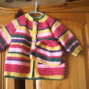 Vidám, színes horgolt kabát sapkával, Ruha & Divat, Babaruha & Gyerekruha, Pulóver, Horgolás, Vidám, színes horgolt kabát és sapka 9-12 hónapos babának, baba-barát fonalból készült., Meska