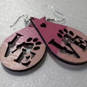 LOVE feliratú rózsaszín fa fülbevaló, Ékszer, Fülbevaló, Ékszerkészítés, Gravírozás, pirográfia, Rétegelt lemezből, lézer vágással készült fülbevaló. A Love feliratban a mancs az állatok szeretetét..., Meska