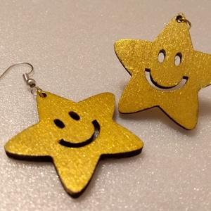 Vidám Csillag - fa fülbevaló, Ékszer, Fülbevaló, Ékszerkészítés, Gravírozás, pirográfia, Egyik személyes kedvencem ez a csillag alakú mosolygós fülbevaló. Nemcsak gyerekeknek, de felnőttekn..., Meska