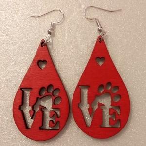 LOVE feliratos piros fa fülbevaló, Ékszer, Fülbevaló, Ékszerkészítés, Gravírozás, pirográfia, Rétegelt lemezből, lézer vágással készült fülbevaló. A Love feliratban a mancs az állatok szeretetét..., Meska