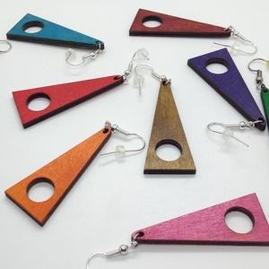 Monokróm (egyszínű) lyukas háromszög fülbevaló, Ékszer, Fülbevaló, Lógó fülbevaló, Ékszerkészítés, Gravírozás, pirográfia, 3mm vastag rétegelt lemezből lézervágással készült trendi fülbevaló, lazúrozva, lakkozva. A szöglete..., Meska