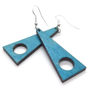 Kék lyukas háromszög fülbevaló, Ékszer, Fülbevaló, Lógó fülbevaló, Ékszerkészítés, Famegmunkálás, 3mm vastag rétegelt lemezből lézervágással készült trendi fülbevaló, lazúrozva, lakkozva. A szöglete..., Meska