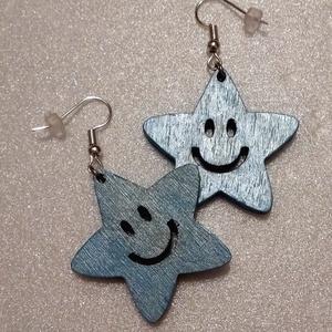 Vidám csillag - világoskék fa fülbevaló, Lógó fülbevaló, Fülbevaló, Ékszer, Ékszerkészítés, Gravírozás, pirográfia, Egyik személyes kedvencem ez a csillag alakú mosolygós fülbevaló. Nemcsak gyerekeknek, de felnőttekn..., Meska