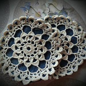 Csipkés fülbevaló, Ékszer, Esküvő, Fülbevaló, Esküvői ékszer, Akasztós, csipkés farmeralapú fülbevaló. A termék farmer  újrahasznosítással készült. Hossza: 10 cm..., Meska