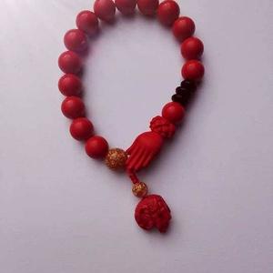 Csukló mala, piros, akril (9 mm) gyöngyökkel, buddha keze kezdőszemmel, fekete-arany kiegészítőkkel. 16,5 cm, gumis. (oldjeansgarboo) - Meska.hu