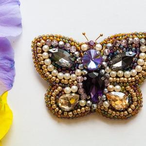 Vintage bross pillangó, Kitűző, Kitűző & Bross, Ékszer, Gyöngyfűzés, gyöngyhímzés, Saját kézzel készített bross pillangó, kásagyöngy, elefántcsont színű gyöngy, rondelle gyöngy és kri..., Meska